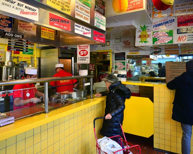 Interior del Gray's Papaya, donde venden los mejores perritos de Nueva York