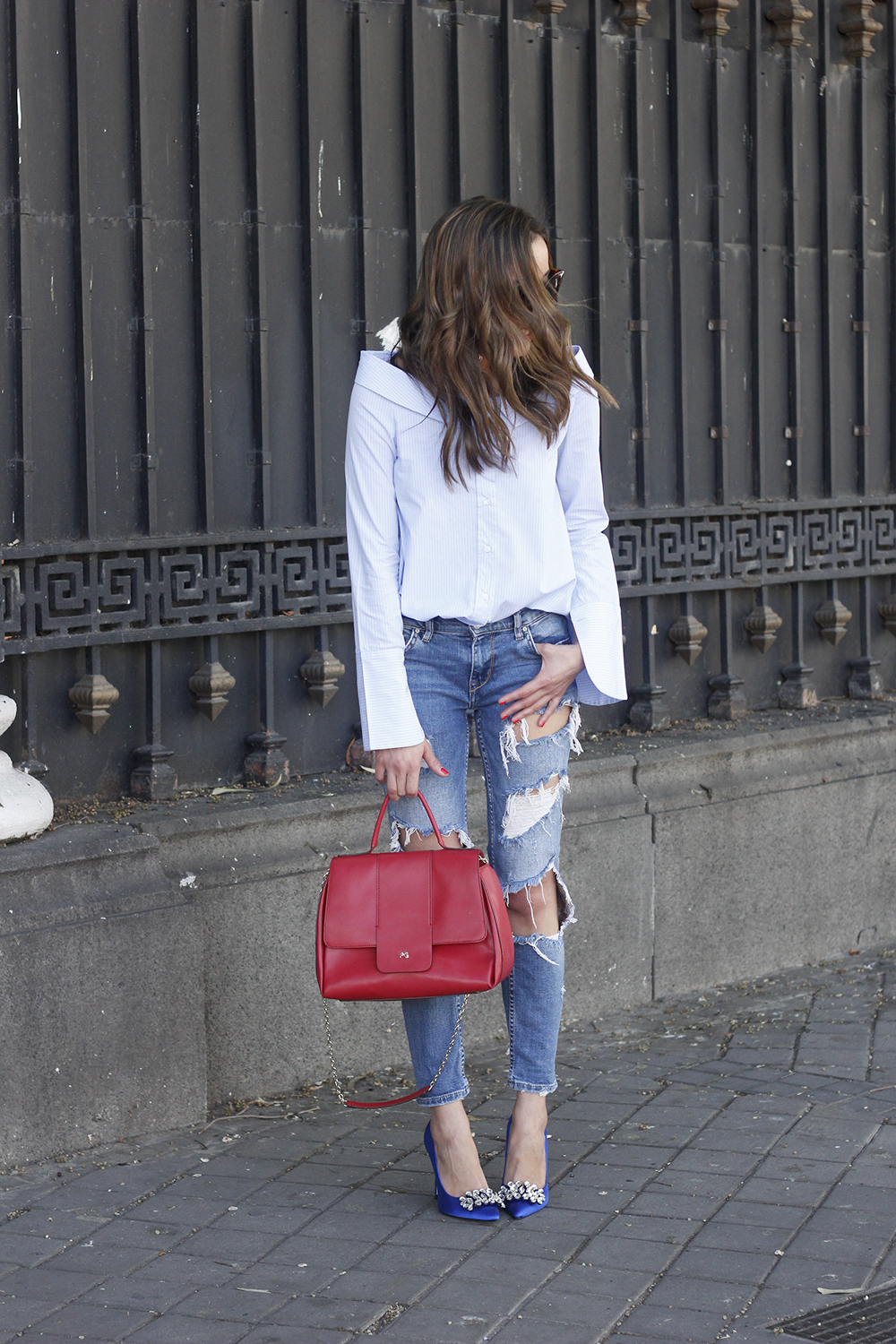 blue klein jewel heels uterqüe ripped jeans striped shirt red bag outfit style fashion03