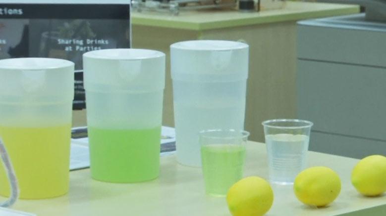 Dengan rasa dan warna yang sama dengan sari lemon, para peneliti di Singapura dapat mengubah air biasa menjadi minuman sari buah lemon virtual.