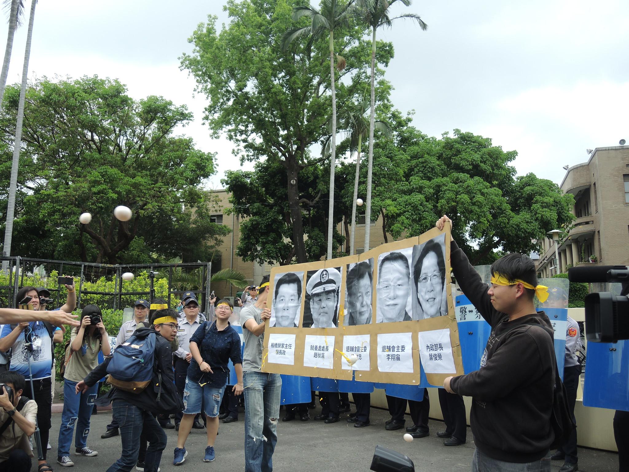 抗議民眾朝五名該負責的官員扔擲雞蛋。(攝影:曾福全)