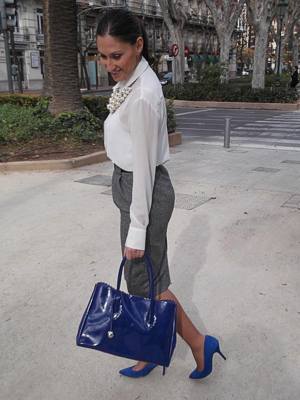 falda lápiz gris, blusa de gasa blanca, zapatos azul Klein, bolso, collar de perlas, grey pencil skirt, white chiffon blouse, Klein blue shoes, bag, pearl necklace, zara, mango, furla, naf naf
