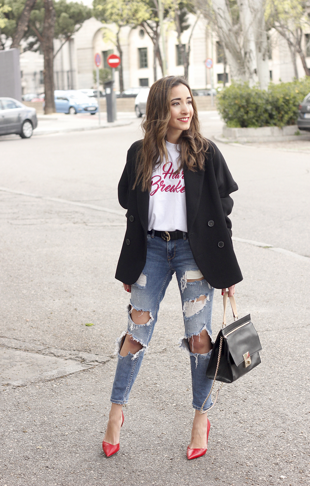 black blazer mango t-shirt heels purificación garcía bag accessories ripped jeans outfit style fashion04