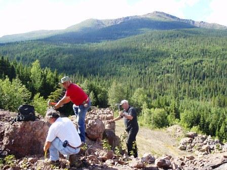 Recherche active de minéraux à la mine désaffectée du Ruisseau Isabelle en Gaspésie par des membres du club