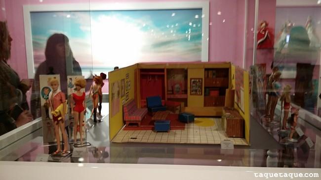"""Ken (1961) junto a una Barbie Vintage de los '60, en la Barbie """"Dreamhouse"""" (1962)"""