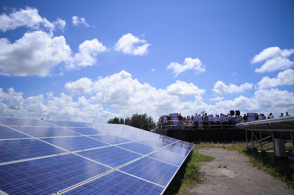 臺灣政府大力發展再生能源,經濟部能源局將公有閒置的廢曬鹽灘地列為發展地面型太陽光電的場址。圖片來源:總統府。