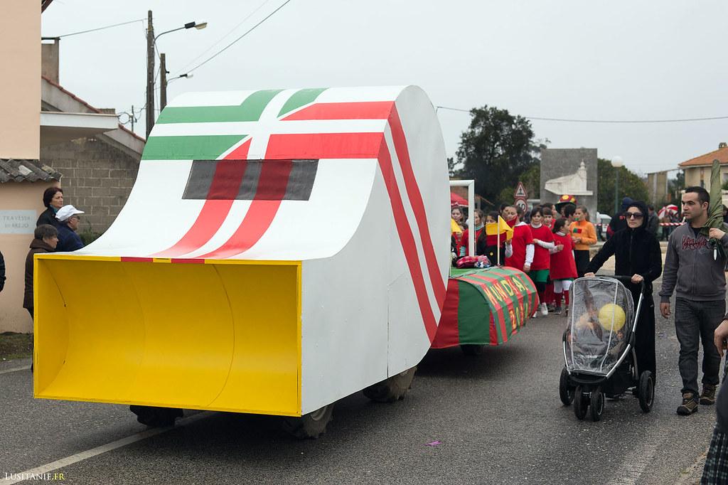 Un sifflet géant pour un char qui commémore le Portugal au mondial de foot 2014