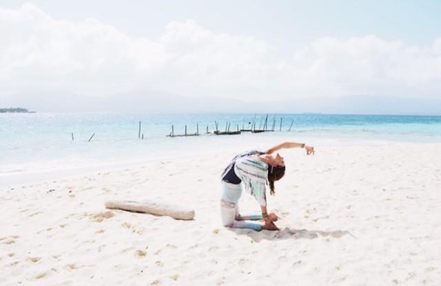 San Blasin saaret | Tyttö joogaa rannalla.
