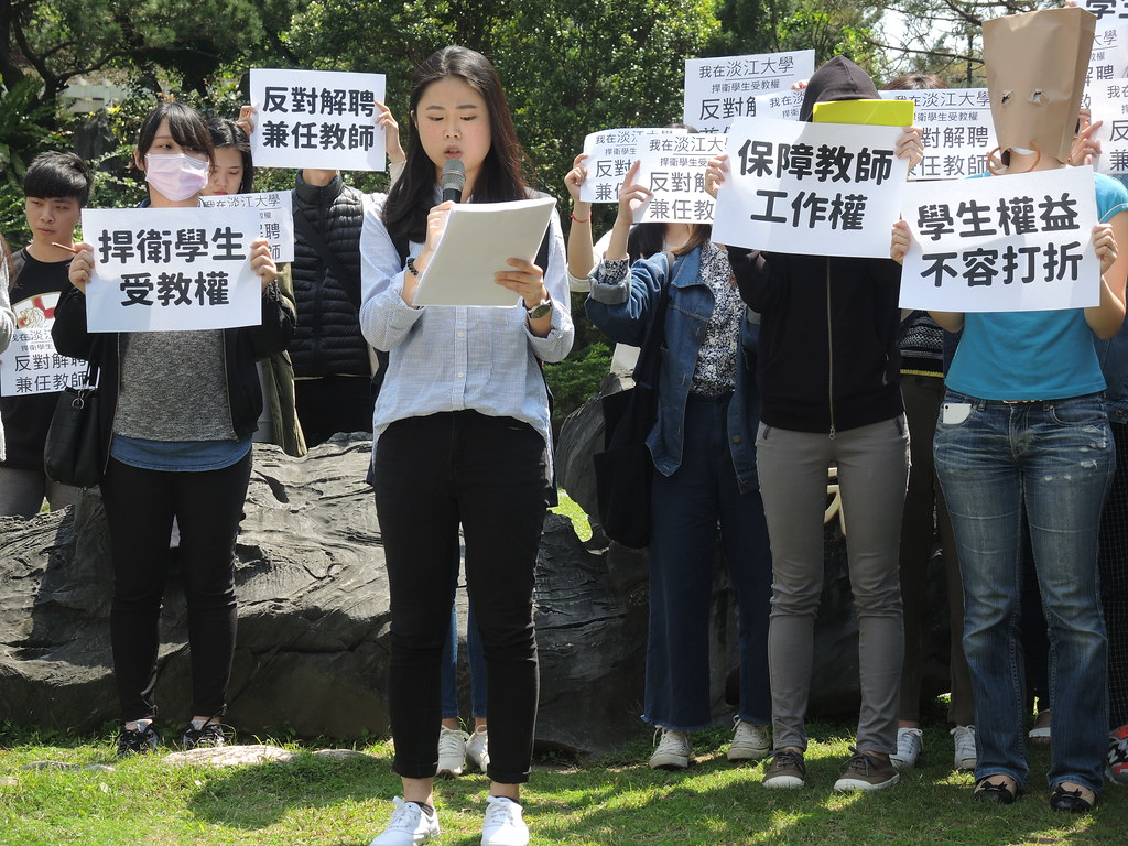 上月淡江師生在校內遊行反對校方解聘兼任教師,即是不同位階的勞動者團結的例子。(資料照片/攝影:曾福全)