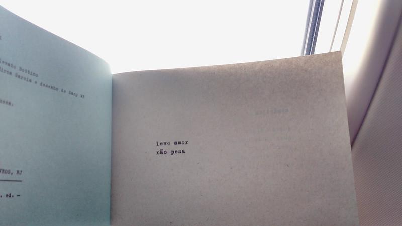 Um livro na janela de um avião