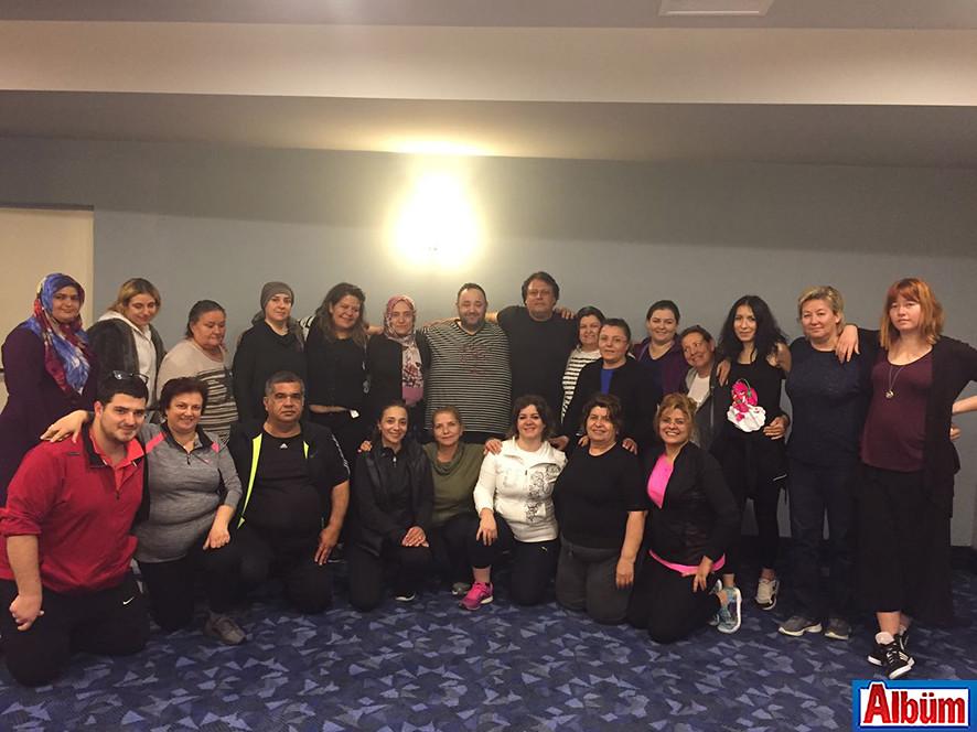 Ünlü Nörobilim Uzmanı Deniz Egece ve katılımcılar toplu olarak poz verdi