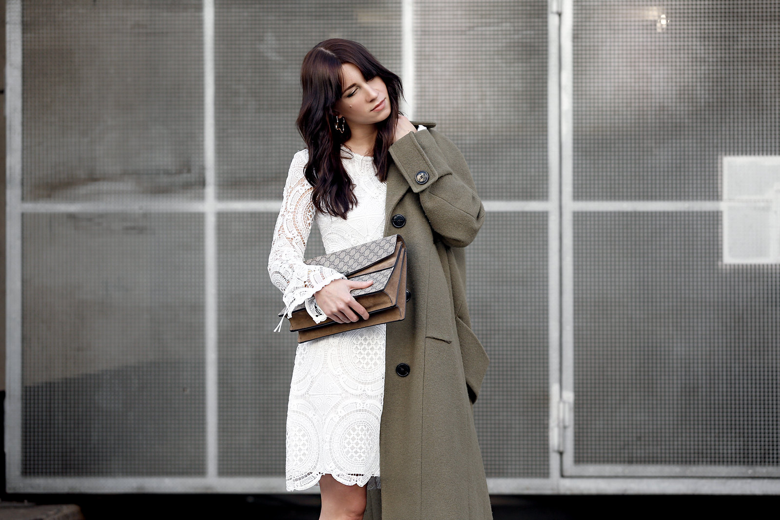about you coat khaki wool white lace dress vila sneakers sacha gucci dionysus bag mvmt watch gold ootd styling lookbook cats & dogs modeblog ricarda schernus fashionblogger berlin düsseldorf 7