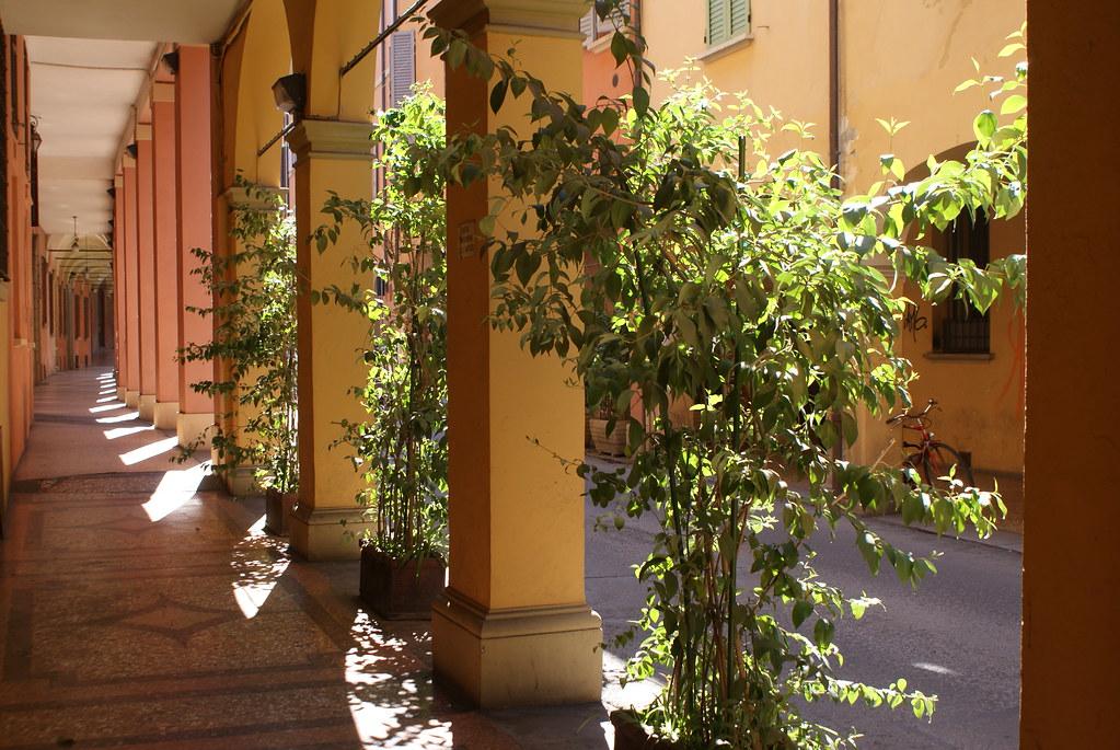 Arcades ou portiques de Bologne : De couleurs et de formes différentes.