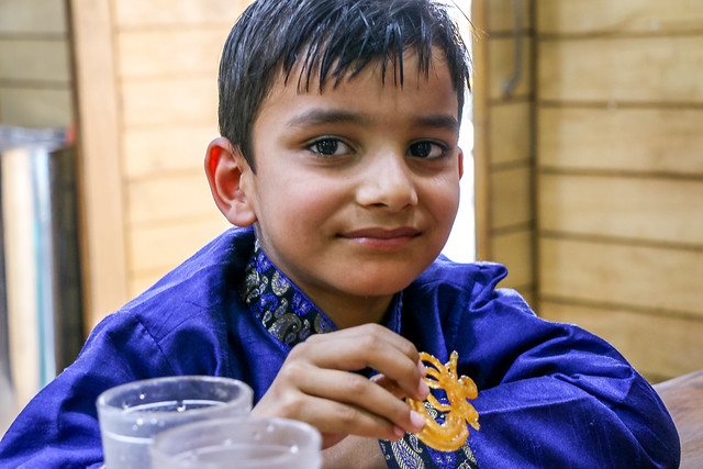 A boy in a sweets shop, Jodhpur, India ジョードプル お菓子を食べる可愛い少年