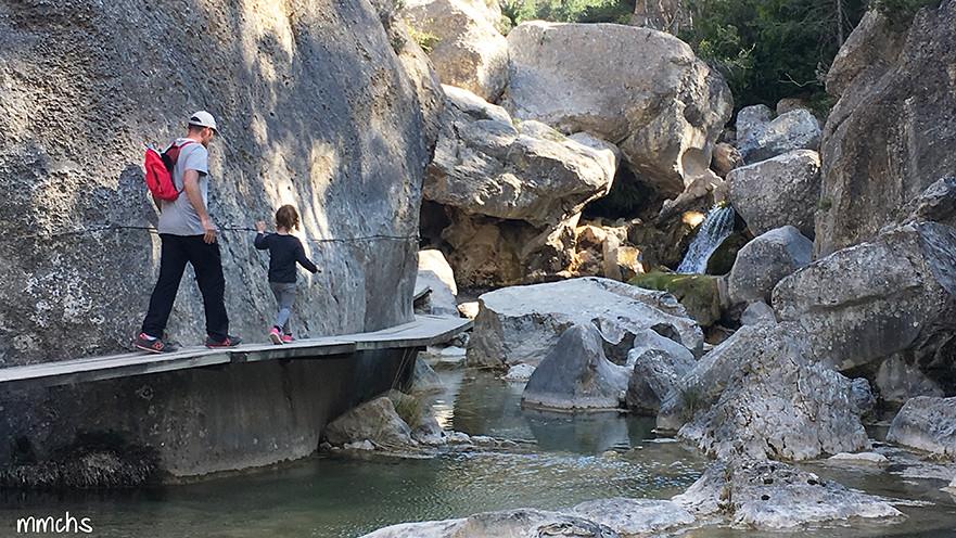 tablones voladizos sobre el rio