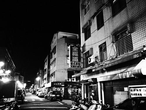 台北の街の韓国料理屋のモノクロ写真