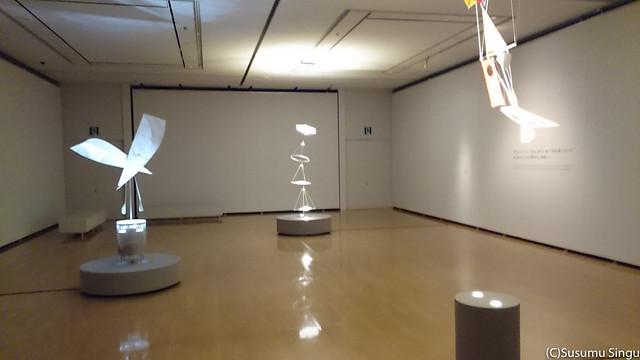 手前から《時の流れ》(2013年)、《月の舟》(2009年)、《小さな花》(2013)の展示