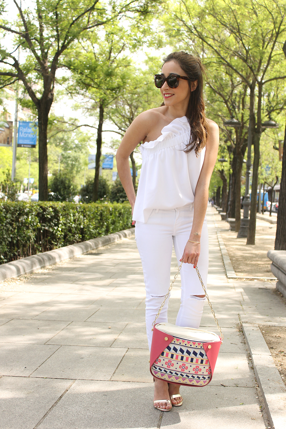 white outfit ripped jeans asymmetrical top pamapamar céline sunnies massimo dutti sandals fashion style04