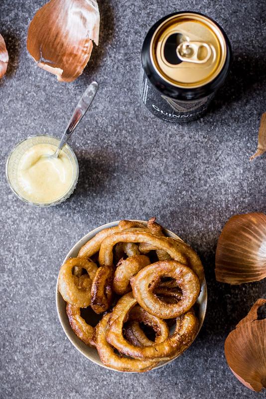 Anelli di cipolla fritti alla Guinness