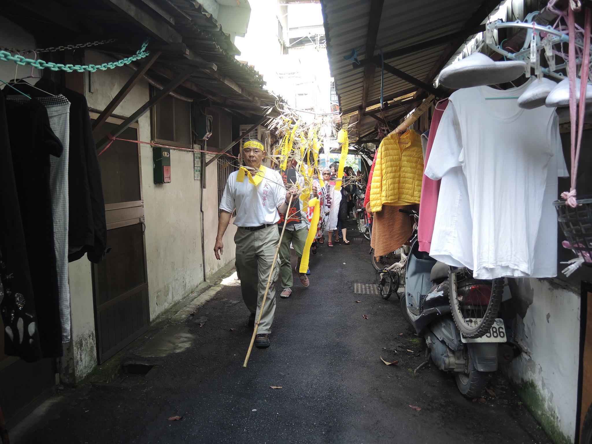 居民與聲援者遊行走過大觀社區。(攝影:曾福全)