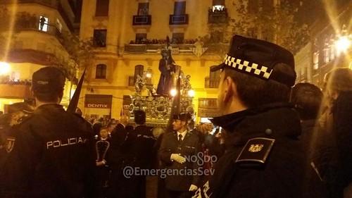Policía en la Madrugá de Sevilla