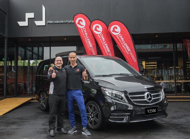 台灣賓士轎車行銷業務處副總裁何睿思(左)與Challenge Taiwan常務董事Jovi(右)在地表最舒適的保母車Mercedes-Benz V-Class前開心合影