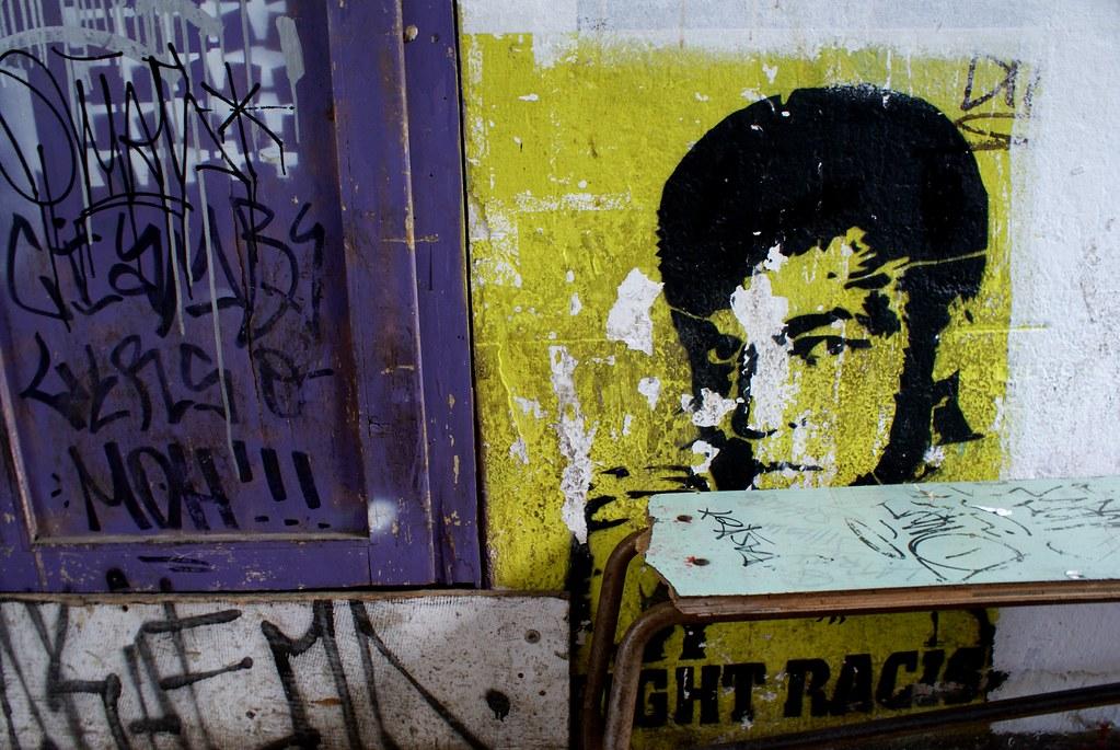"""Pochoir """"fight racism"""" avec Mohammed Ali sur les murs de XM24 à Bologne."""