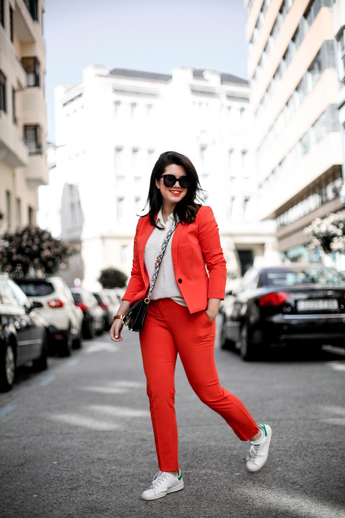 traje-rojo-redoute-jw-anderson-pierce-bag-adidas-stan-smith-streetstyle-myblueberrynightsblog3