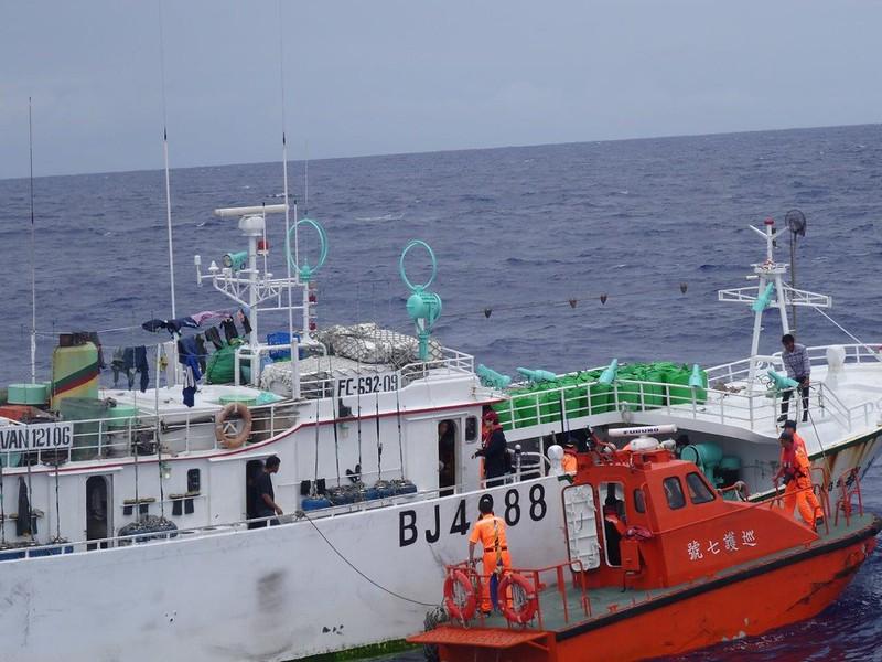 海巡船艦取締非法漁船資料畫面。照片來源:漁業署。