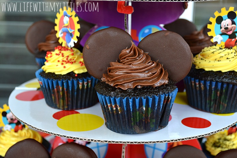 Here's a super easy DIY tutorial for Mickey Mouse cupcakes! Such a fun, cute idea for a Mickey Mouse or Disney party!