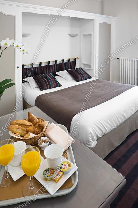 Chambre d 39 h tel avec un plateau petit d jeuner france for Chambre de hotel france