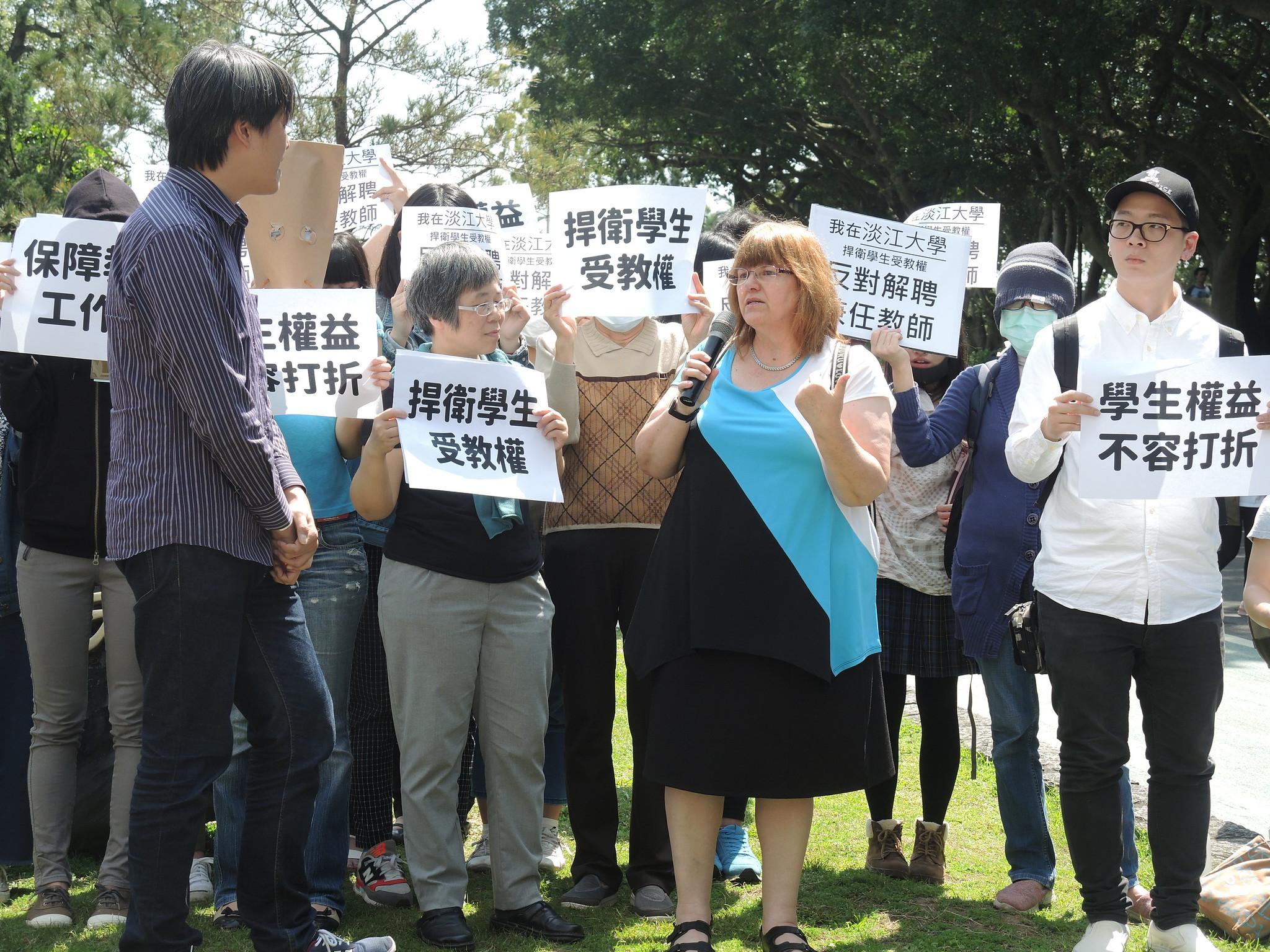 淡江大學兼任教師Marla Hill(丘瑪拉)不解她是為了學生來工作,「學校為何不要我?」(攝影:曾福全)