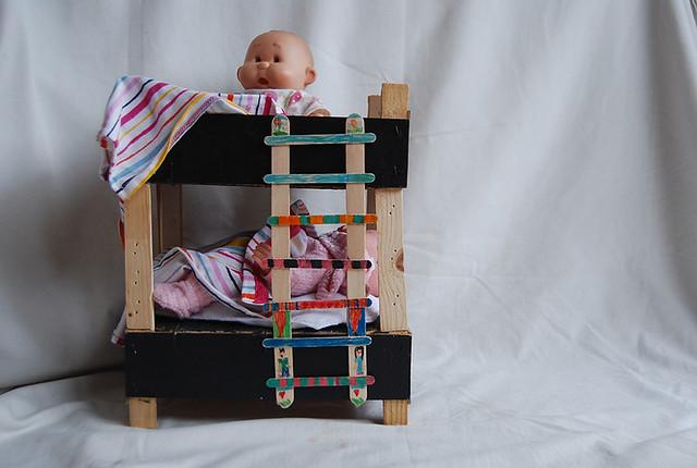 litera cama muñecas con caja de frutas