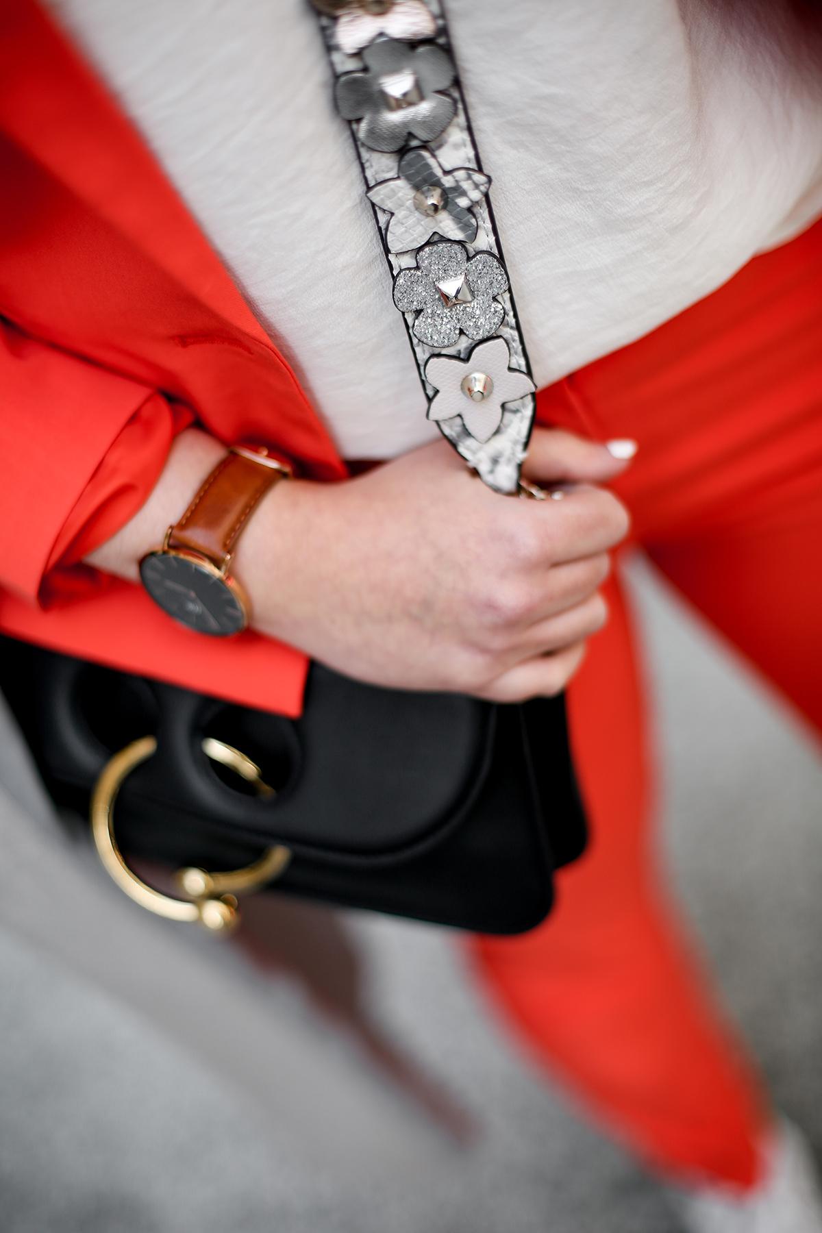 traje-rojo-redoute-jw-anderson-pierce-bag-adidas-stan-smith-streetstyle-myblueberrynightsblog6