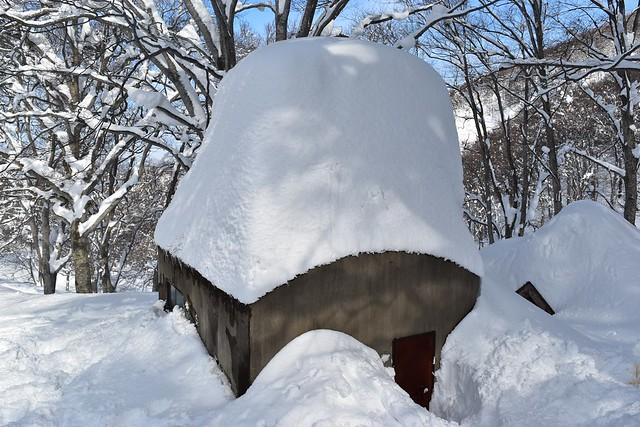 雪に埋まる保久礼小屋