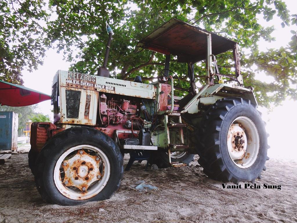 belarus 572 4wd tractor rare belarus tractor left rusty on flickr