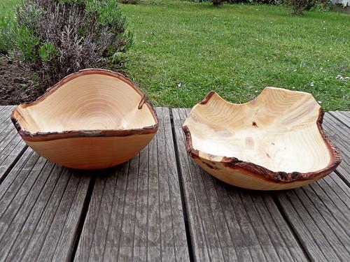 Zwei unregelmäßig geformte handgedrechselte Holzschalen