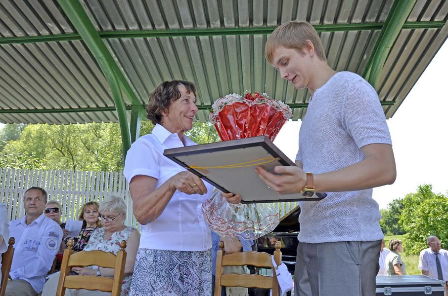 Директор музея Т.М. Мельникова награждает лауреата Премии им. М.Ю. Лермонтова