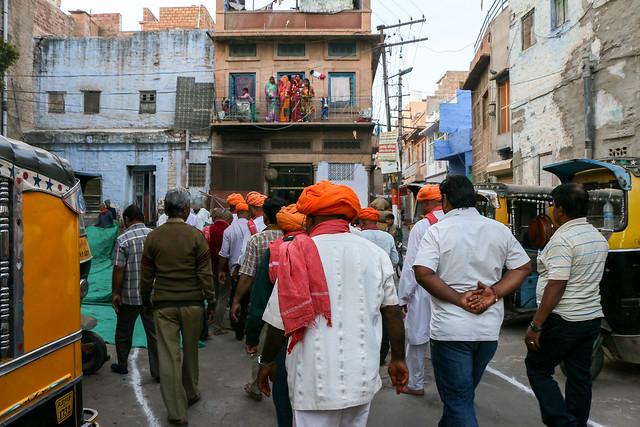 Walking men mostly wearing ogange colored tueban, Jodhpur, India ジョードプル オレンジ色ターバンの男性たち