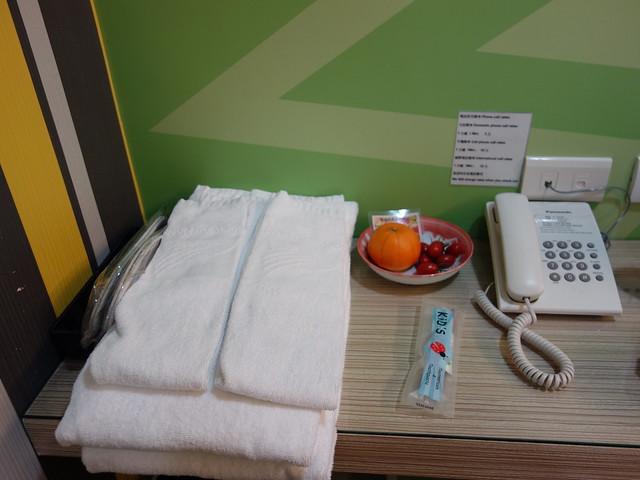 毛巾浴巾、紙拖鞋,桌上塑膠袋包著的是給小麋鹿的兒童牙刷@清翼居童話館,近台北車站的住宿選擇