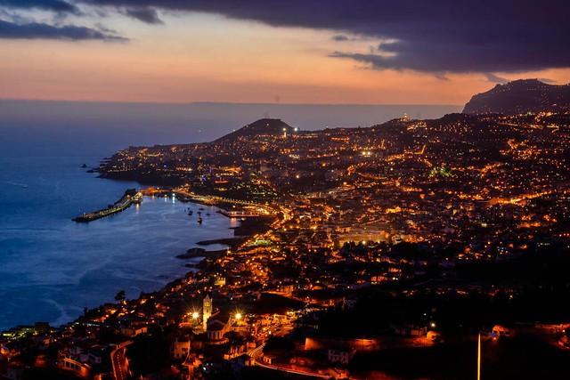 Panorámica nocturna de Funchal (Madeira)
