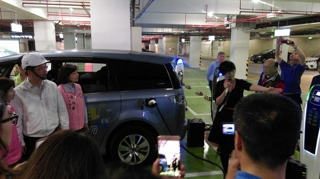 圖1林佳龍市長親自體驗裕隆電能充電樁