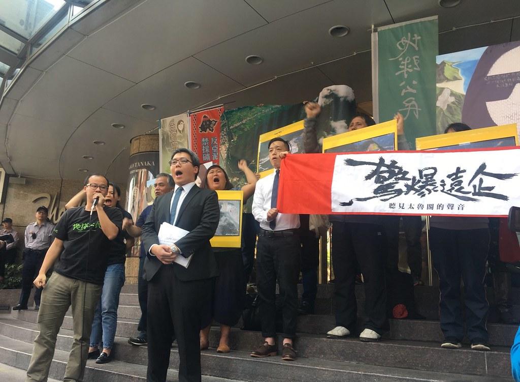 太魯閣族人和環團到亞泥總部前「爆破」抗議。(攝影:陳逸婷)