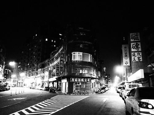 台北の三叉路のモノクロ写真