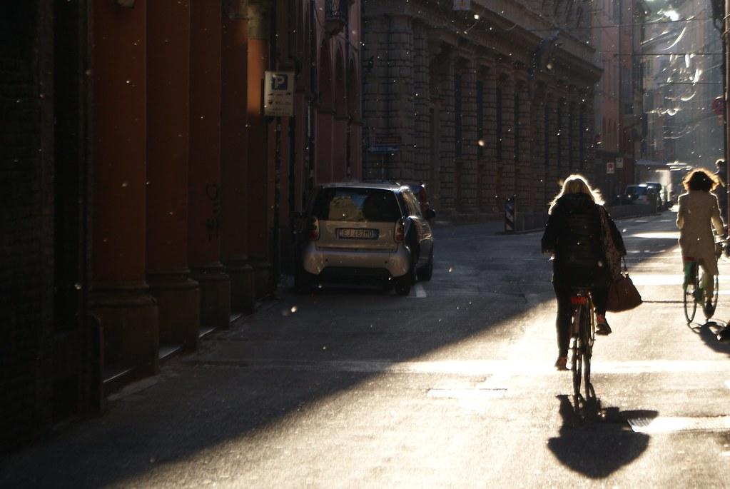 Vélo dans la lumière de Bologne.
