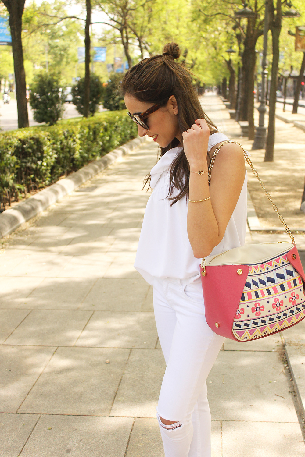 white outfit ripped jeans asymmetrical top pamapamar céline sunnies massimo dutti sandals fashion style08