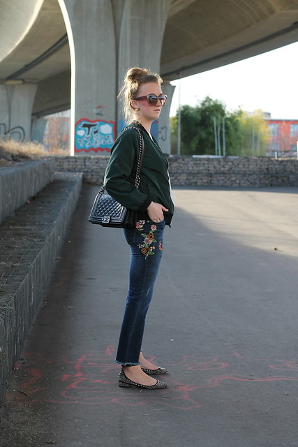 embroidered-jeans-and-bomber-jacket-whole-outfit-side-wiebkembg