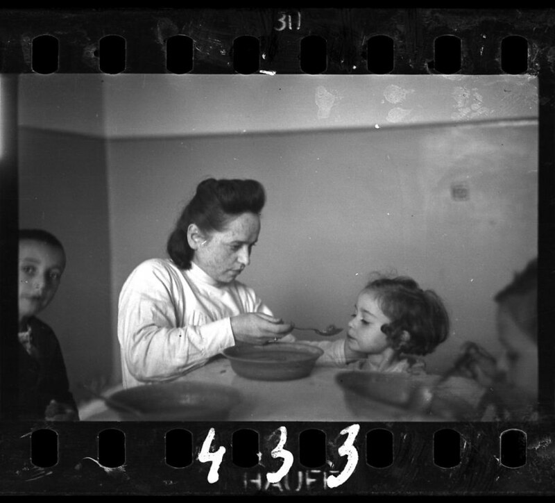 holocaust-lodz-ghetto-photography-henryk-ross-9-58e205d40b618__880