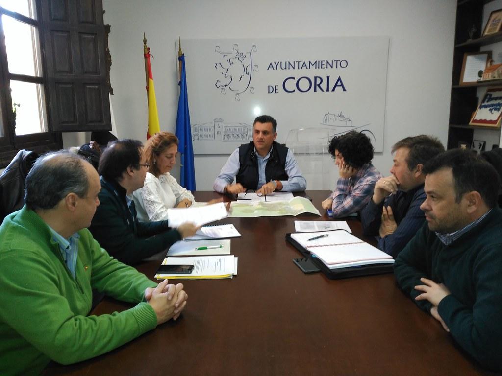 El Ayuntamiento de Coria se reúne con los técnicos de Telefónica para conocer el Plan de despliegue de fibra óptica en la ciudad