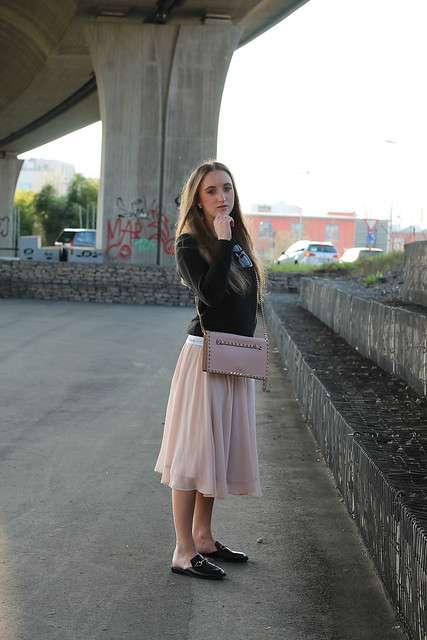 midi-skirt-and-calvin-klein-sweater-whole-look-side-wiebkembg