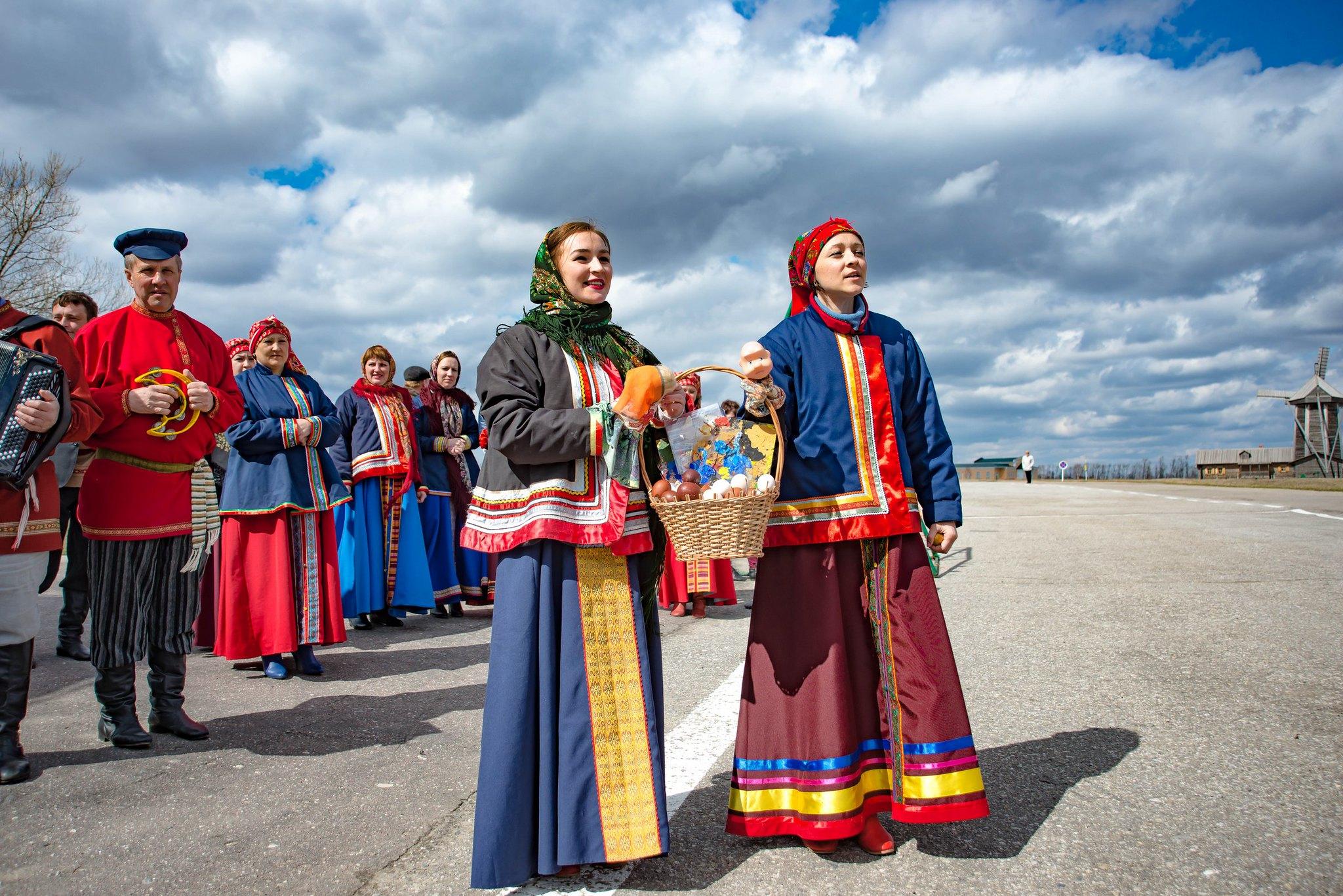 Фольклорный коллектив музея приветствует дорогих гостей традиционными пасхальными угощениями